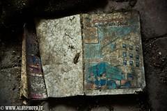 Paperino impolverato (Albyphoto) Tags: urbex abbandono abbandonato abandoned urban exploration decay decadimento disney topolino mickey mouse leave dimenticato dark sporco sporcizia dettagli