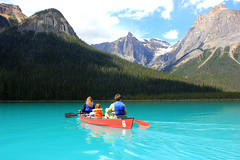 Canoeing in Emerald Lake (Eduardo Ruiz M.) Tags: canoe emerald lake alberta rockymountains nature naturaleza landscape blue mountain forest canada outdoor