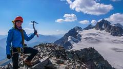 Monika na szczycie Marjanishvili 3555m. W tle lodowiec Aghashtani ,szczyty Zesho 3792m i Tetri Utsnobi (Biała Niezajoma) 4049m. (Tomasz Bobrowski) Tags: gruzja zeskho aghashtaniglacier wspinanie mountains tetriutsnobi saviutsnobi kaukaz góry marjanishvili zeskhobasecamp białanieznajoma caucasus czarnajanieznakomka georgia climbing