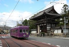 Tempel en tram (Maurits van den Toorn) Tags: tram tramway tranvia strassenbahn eléctrico nippon japan kyoto tempel architecture city buddhism temple