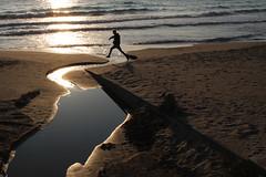 Ostacoli (meghimeg) Tags: 2017 dianomarina fiume river mare sea spiaggia beach ragazzo boy salto jump ostacoli obstacle
