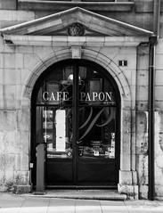 Café Papon (Didier Mouchet) Tags: genève cafépapon ruehenrifazy genf geneva ville vieileville nikond5300 nikon noiretblanc didiermouchet d5300 tamron16300 blackandwhite bw monochrome street strasenfotografie suisse switzerland