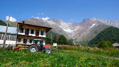 1 z 2 gospodarstwo rolnych we wiosce Zeskho. Szczyt Curungal i Savi Utsnobi (Czarna Nieznajoma) 4114m. (Tomasz Bobrowski) Tags: wspinanie mountains curungal gruzja kaukaz góry zeskhobasecamp saviutsnobi caucasus czarnajanieznakomka georgia climbing