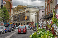 London , Covent garden, theaters street ... (miriam ulivi) Tags: miriamulivi nikond7200 england uk london coventgarden theatreroyaldrurylane royaloperahouse auto cars strada street fiori flowers edifici buildings people