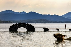 Pont brisé et le Buffle doré au Lac de L'ouest - Broken Bridge and the golden buffalo at the Westlake -  20/07/2017 - Hangzhou (China) (Geoffrey Maillard) Tags: china chine chinese chinois paysage landscape landschaft montains montagnes water lake hangzhou tourisme travel voyage scenery scène asiatique asia asien asian asie famous landschap ombre lumière light sun lghting orient westlake beautiful men eau lac vue soleil