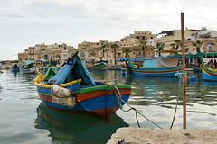 In un luogo di mare - In a seaside location. (sinetempore) Tags: mare sea barche boat barchecolorate coloredboats malta marsascirocco marsaxlokk luzzi pesce fish inunluogodimare inaseasidelocation