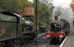 Passing Manors (Andrew Edkins) Tags: 7812 erlestokemanor bradleymanor 7802 bewdley greatwestern gwr railwayphotography severnvalleyrailway svr 30742charter steamtrain autumn october 2017 preservedrailway geotagged canon uksteam worcestershire england
