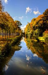 Herbstspiegel / autumn mirror (drummerwinger) Tags: rot spiegel canon80d sigma water laub blätter herbst bäume