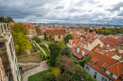 Prague (RdeUppsala) Tags: prag praga prague autumn otoño höst cielo clouds city ciudad moln nubes stad tjeckien ricardofeinstein repúblicacheca czeckrepublic houses hus casas