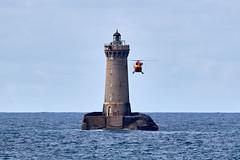 Phare du Four, second passage pour récupérer les hommes (ijmd) Tags: france bretagne paysage landscape mer sea porspoder presqu'îlesaintlaurent phare lighthouse hélicoptère helicopter
