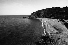 colioure0285 (L.la) Tags: collioure roussillon pyrénéesorientales catalogne france eu europe europa europeonflickr plage beach méditerranée mer sea ciel 135 24x36 argentique film 21mm grandangle wideangle noiretblanc nb blackandwhite bw ilford fp4 ilfordfp4 lc29 scanner epson v600 epsonv600 voyage travel laurentlopez lla qbm rollei sl35 sl35m rolleiflexsl35 rolleiflexsl35m voitländer skoparex water landscape seascape seaside