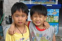 pals (the foreign photographer - ฝรั่งถ่) Tags: two boys children friends pals portraits bangkhen bangkok thailand canon front convenience store