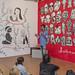 Un carnaval recién llegado de Callao (Venezuela); una 'marera' con aspecto de diva que lleva tatuadas frases de grandes mujeres latinoamericanas; el universo onírico de Gabriel García Márquez; el expresidente de Uruguay, José Mujica; una bandera gigante hecha con figuras y colores de todas las banderas de América; la cabeza de María Elena Walsh de la que salen todos sus personajes e ideas; una pared ceremonial con más de treinta calaveras a modo de visión mexicana del paso de la vida a la muerte; varias grandes mujeres enlazadas por un árbol genealógico que representa el libro homónimo de Eduardo Galeano... ¿Qué hacen todas esas escenas, personajes y sentimientos dibujados en nuestra sala de exposiciones? Para más información: www.casamerica.es/arte-y-arquitectura/la-ilustracion-como...