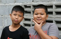 boys, one framing his face (the foreign photographer - ฝรั่งถ่) Tags: two boys children khlong thanon portraits bangkhen bangkok thailand canon kiss
