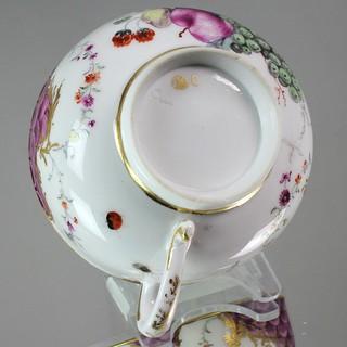Höchst, Hoechst, Porzellanmanufaktur, Porzellan, Teetasse, Tasse, Schuppen, Mosaik, Rocaillen, Früchte, Obst, Insekten, tea cup, Radmarke, Gold