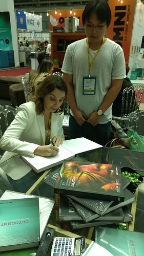"""Daniela Garib autografa exemplar do livro """"Ortodontia Prática"""""""