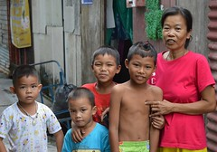 mother and sons (the foreign photographer - ฝรั่งถ่) Tags: woman four sons boys children khlong lat phrao portraits bangkhen bangkok thailand nikon d3200 instantfav