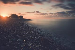 Lever de soleil sur la plage de galets