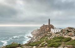 Faro. Explore 14-10-2017 (Perurena) Tags: faro lighthouse señales luces lights farero rocas rocks mar sea oceanooatlantico olas waves casa house cielo sky nubes clouds cabovilano camariñas galicia