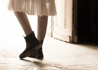 ...Dites, quel est le pas  Qui doucement, un soir, devant ma porte  S'arrêtera ?