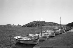cadaques-0221 (L.la) Tags: cadaques dalli catalogne espagne espana eu europe europa europeonflickr noiretblanc nb blackandwhite bw argentique film minolta prod20s compact ilford hp5 hp5plus ilfordhp5 lc29 scanner epson v600 epsonv600 voyage travel 24x36 35mm mer sea bateau boat laurentlopez lla