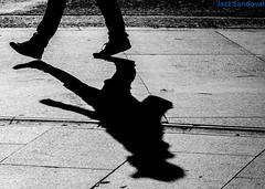 Sombras de Atocha. 09. Madrid, octubre 2013. (Jazz Sandoval) Tags: elfumador españa exterior enlacalle 2013 blancoynegro búsquedas búsqueda bn blanco bw beautiful contraste calle curiosidad contraluz curiosity day digital andando ciudad fotografíadecalle fotodecalle fotografíacallejera fotosdecalle gráfico humanos hombre humano human ilustración intriga jazzsandoval luz light monocromática monócromo movimiento moving man madrid negro nero people robados reflejos personaje streetphotography streetphoto sombras texturas textura una unica uno