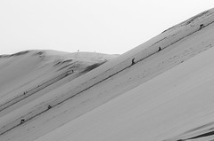 ascension (sapiens5) Tags: dune du pyla pentax k5iis 1685 plage mer soleil cordée escalade sable noiretblancnbmonochrome ascension