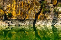 Frontera Acuática (Walimai.photo) Tags: aldeadávila embalse water agua reflejo reflection reservoir españa portugal spain salamanca lumix lx5 barco boat piedra stone verde green