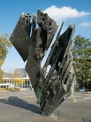 """""""Die Flamme"""" von Bernhard Heiliger (1963) (Christa Bronner und Wolfgang Bruchhagen) Tags: dieflamme bernhardheiliger skulptur plastik berlin charlottenburg ernstreuterplatz"""