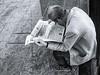 Dentro la notizia (luigi ricchezza) Tags: giornale lettura lifestreet napoli street uman