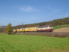 218 105 NESA by Daniel Powalka - 218 105 NESA mit einem kleinen Bauzug in Richtung Ulm bei Uhingen an der Filsa am 17.10.2017