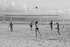 volley playa (pepe amestoy) Tags: blackandwhite landscape beach people elcampello spain fujifilm xe1 carl zeiss planar 250 t zm planart250
