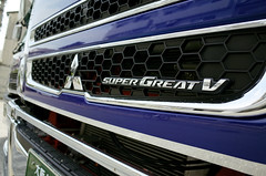 """Super Great V"" (Eric Flexyourhead) Tags: mino minoo minoh minoshi 箕面市 osaka 大阪 kansai 関西地方 japan 日本 detail fragment truck japanese mitsubishifuso supergreat supergreatv mitsubishifusosupergreatv grille hood badge emblem shiny reflections blue ricohgr"