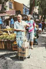 hora das compras (luyunes) Tags: gente feiralivre mercado compra comercio homem mulher motoz luciayunes cenaderua streetscene fotoderua