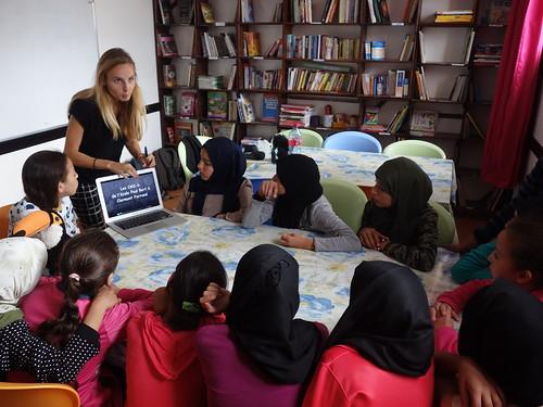 Les filles visionnent un reportage d'une classe française