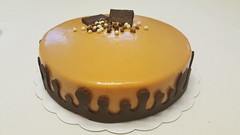 Gâteau mousse caramel, poires caramelisees et biscuits cacao. (Claire Coopmans) Tags: gateau birthdaycake birthday caramel cake caramelbeurresalé poires pear biscuit cacao patisserie chocolaterie chocolat chocolate