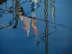 Beflaggt (MKP-0508) Tags: rhein rhine rhin nackenheim reflection spiegelung wasser aqua water eau boote boats bateaux schiff ship blau blue bleu azur kunterbunt bariolé motley cmwd cmwdblue