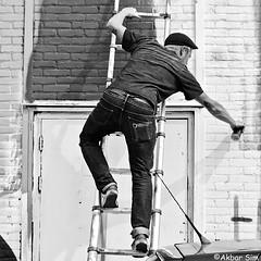 Artist at work (Akbar Simonse) Tags: rotterdam holland netherlands nederland ferrodome artist graffiti streetart people candid ladder spuitbus spraycan streetphotography straatfotografie straatfoto streetshot vierkant square zwartwit bw blancoynegro bn monochrome