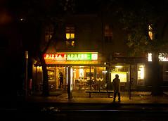 20171022-114 (sulamith.sallmann) Tags: gastronomie lokal menschen berlin candidshot deutschland germany haltestelle imbiss mitte nacht nachtaufnahme nachts night nightshot osloerstrase people pizzaexpress wedding deu