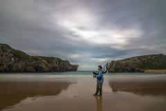 El gaitero. (Amparo Hervella) Tags: playadelascuevasdelmar asturias españa spain nube paisaje roca d7000 nikon nikond7000 comunidadespañola nwn
