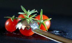 "Tomato Wiz, "" Member's Choice"" (Found In The Kitchen) MM (francepar95) Tags: macromondaysmemberschoicefoundinthekitchen tomates tomatesbonbons foundinthekitchen hmm tomatowiz équeuter fruits légumes coring tinytomatoes"