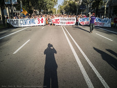 IMG_20171003_174611 (Toni M. Micó) Tags: fotoespai barcelona manifestació vaga vagageneral demonstration strike independència independence 1oct2017 3oct2017 meridiana mallorca diagonal banner autoretrat selfportrait ombra shadow pancarta