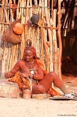 IMGP1588 The himba craft maker (Claudio e Lucia Images around the world) Tags: himba himbavillage himbalady himbawoman craft craftmaker naked tits brest nakedwoman namibia kunene marienfluss northnamibia basket sigma pentax pentaxk5