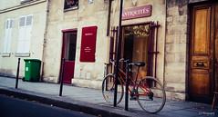 Ran on to the wheels (.KiLTRo.) Tags: paris3earrondissement îledefrance france fr kiltro bici edificio ventana negocio rótulo bike bicycle street calle city ciudad urban urbano
