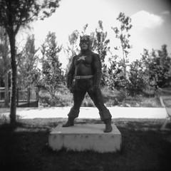 A (Valt3r Rav3ra - DEVOted!) Tags: holga holgacfn lomo lomography toycamera plasticcamera medioformato mediumformat 120 6x6 film analogico analogica analog analogue ilford ilfordfp4 milano valt3r valterravera visioniurbane urbanvisions superhero heroes streetart arte art statue street