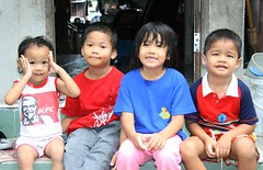 brothers and sisters sitting on their porch (the foreign photographer - ฝรั่งถ่) Tags: four children brothers sisters small porch khlong thanon portraits bangkhen bangkok thailand canon kiss