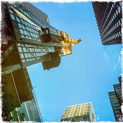 New York 19. (soilse) Tags: 2017 america hipstamatic hipstamaticcamera hipstamaticcameraapp manhattan newyork newyorkcity northamerica northamericancity september2017 unitedstatesofamerica architecture bigcity buildings buildingwork city construction crane iphone iphonographie iphonography largecity lookingup photephotos skyscrapers sunshine thecitythatneversleeps tourist urban visiting