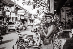 about to take a picture ... (Gerard Koopen) Tags: bali ubud bw blackandwhite blackandwhiteonly candid straat street straatfotografie streetphotography woman photographing eyecontact fujifilm fuji x100t 2017 gerardkoopen