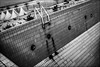 Remontée ardue!! / Difficulty coming up!! (vedebe) Tags: noiretblanc netb nb bw monochrome piscine abandonné decay urbex urbain ville rue city street echelle architecture sport