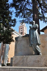 Monument to Ulisse Dini off Via Ulisse Dini, Pisa (Kan Gunawardena) Tags: pisa monumenttoulissedini ulissedini monument mathematician